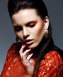 Inspiración. Morenita bochornosa en vestido magenta brillante en ensueño. Chispa y brillo Imagen de archivo