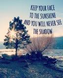 Inspiracyjna wycena na jezioro krajobrazie z światłem słonecznym przez drzewa fotografia royalty free