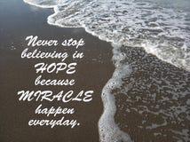 Inspiracyjna wycena Nigdy zatrzymuje wierzyć w nadziei ponieważ cudy zdarzają się codziennego Z fala spływowym wzorem na czarnych zdjęcie stock