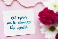 Inspiracyjna wycena Pozwalał twój uśmiech zmianę świat pisać w kaligrafii projektować z akwarelą Skład na różowym tle Zdjęcie Royalty Free