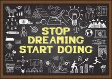 Inspiracyjna wycena Zatrzymuje marzyć początku robić mądry saying na chalkboard z biznesowymi doodles ilustracji