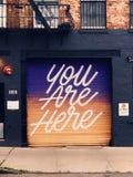 Inspiracyjnego garażu drzwiowy malowidło ścienne w Brooklyn, NY z gradientowym tłem obraz stock