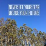 Inspiracyjny motywacyjny wycena ` nigdy pozwalał twój strach decydować twój przyszłość ` zdjęcia stock