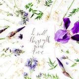Inspiracyjny wycena ` robi małym rzeczom z wielkim miłości ` pisać w kaligrafia stylu na papierze z wianek ramą z purpurowym irys Obraz Royalty Free