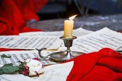 Inspirado por la vela y los poemas dispersados de las notas Imagenes de archivo