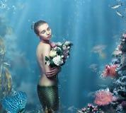 inspiração Mulher fantástica com as flores na água Fotos de Stock