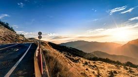 Inspiratieachtergrondafbeelding van bergweg tijdens dageraad royalty-vrije stock foto's