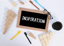 INSPIRATIEtekst op bord met bureautoebehoren Bedrijfsmotivatie, inspiratieconcepten, pen en potloodgeval, houtsnede stock afbeeldingen