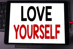 Inspiration conceptuelle de légende des textes d'écriture de main montrant l'amour vous-même Concept d'affaires pour le slogan po Photographie stock libre de droits