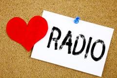 Inspiration conceptuelle de légende des textes d'écriture de main montrant le concept par radio pour le media et l'éducation et a Photographie stock libre de droits