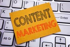 Inspiration conceptuelle de légende des textes d'écriture de main montrant le marketing satisfait Concept d'affaires pour le plan Image stock