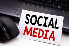 Inspiration conceptuelle de légende des textes d'écriture de main montrant le media social Concept d'affaires pour le réseau Inte Images stock