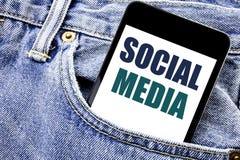 Inspiration conceptuelle de légende des textes d'écriture de main montrant le media social Concept d'affaires pour le téléphone é Images stock