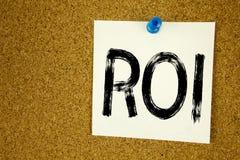 Inspiration conceptuelle de légende des textes d'écriture de main montrant le ROI Concept d'affaires pour le retour sur l'investi images libres de droits