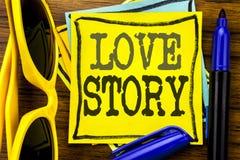 Inspiration de légende des textes d'écriture de main montrant Love Story Concept d'affaires pour aimer quelqu'un coeur écrit sur  Image libre de droits