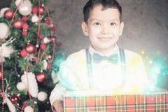 Inspiration de Noël ! Garçon choqué heureux étonné voir le cadeau Images libres de droits
