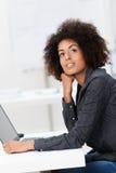 Inspiration de recherche de jeune femme d'affaires images stock