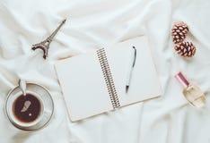 Inspiration et désir de matin de se déclencher à Paris Une tasse de thé photos stock