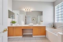 Inspiration för design för toalett för möblemang för garnering för modern hem- tegelplatta för badrum inre lyxig artistisk royaltyfri foto