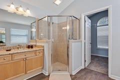 Inspiration för design för toalett för möblemang för garnering för modern hem- tegelplatta för badrum inre lyxig artistisk royaltyfri bild