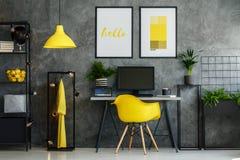 Inspiration industrielle jaune d'intérieur de grenier Image stock