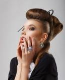 Inspiration. Ursnygg Caucasian kvinna med smycken. Updo hår arkivbilder