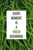 Inspirational affiche Elk ogenblik is een vers begin stock afbeeldingen