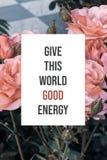 Inspirational affiche geeft deze wereld goede energie stock foto