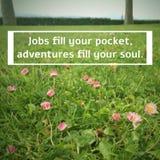 Inspirational citaat` Banen vullen uw zak, vullen de avonturen uw ziel ` royalty-vrije stock foto