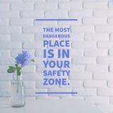 Inspirational citaat ` de gevaarlijkste plaats is in uw veiligheidszone ` royalty-vrije stock afbeelding