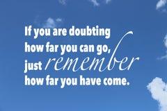 Inspirational citaat op blauwe hemelachtergrond Stock Foto's