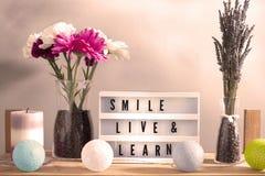 Inspirational huisdecoratie met bloemen en lighbox royalty-vrije stock afbeeldingen