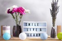 Inspirational huisdecoratie met bloemen en lighbox grijs stock fotografie