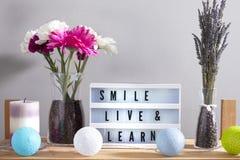 Inspirational huisdecoratie met bloemen en lighbox grijs 2 stock foto's