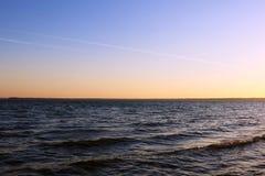 Inspirational kalme overzees met zonsonderganghemel Meditatieoceaan en hemelachtergrond stock foto