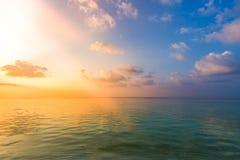 Inspirational kalme overzees met zonsonderganghemel Meditatieoceaan en hemelachtergrond Kleurrijke horizon over het water royalty-vrije stock foto's