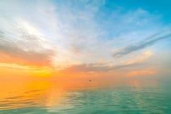 Inspirational kalme overzees met zonsonderganghemel Meditatieoceaan en hemelachtergrond Kleurrijke horizon over het water royalty-vrije stock afbeelding