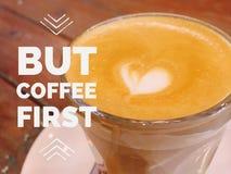 Inspirational motievencitaat ` maar koffie eerste ` stock afbeelding