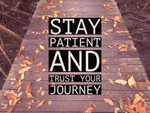 """Inspirational motievencitaat """"stay patiënt en vertrouwt op uw royalty-vrije stock afbeelding"""