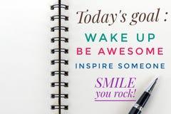 Inspirational motievencitaat - vandaag doelstellingen; het kielzog omhoog, ontzagwekkend is, inspireert iemand, glimlach, schomme stock foto