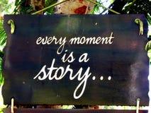 Inspirational motivatie citeert Elk ogenblik is een verhaal op sigh het hangen in boom stock fotografie