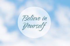 Inspirational motivatiecitaat, gelooft in zich, op een abstracte achtergrond stock afbeelding