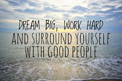Inspirational motiverende citaten op aardachtergrond stock foto's