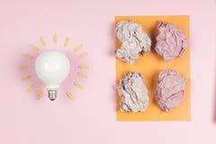 Inspirationbegreppet skrynklade den pappers- metaforen för den ljusa kulan för bra idé Arkivbild