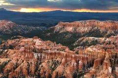 Inspirations-Punkt bereitet sich für Morgensonnenlicht über Bryce Canyon National Park vor stockbilder