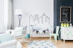 Inspirations scandinaves rendant la salle de bébé confortable et élégante images stock