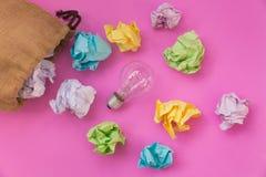 Inspirationskonzept mit zerknittertem Farbpapier und Glühlampe Lizenzfreies Stockfoto