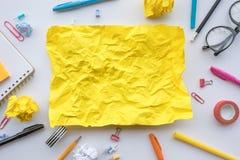 Inspirationskreativitätskonzepte mit dem gelben Papier zerknittert auf Worktable Gesch?ftsideenl?sung und menschliche Leistung lizenzfreie stockfotos