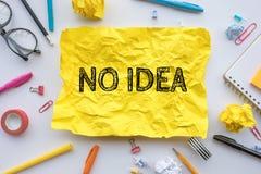 Inspirationskreativitätskonzepte ohne Idee taxt auf dem gelben Papier zerknittert auf Worktable stockfotografie