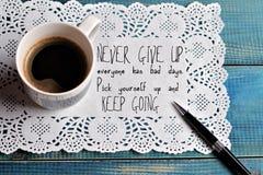 Inspirationsmotivationszitat geben nie auf und halten zu gehen und Tasse Kaffee Erfolgskonzept Stockbild